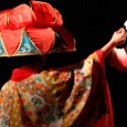 """Danzando alegremente al compás de la música típica y los tambores """"taiko"""", los ancestros son invitados."""