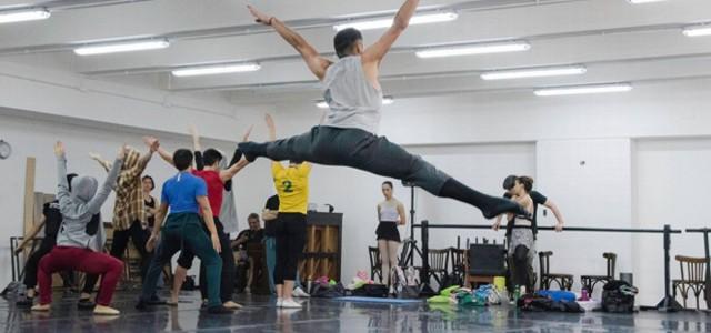 """Con coreografía de Cristina Gómez Comini estrena la puesta """"Ocre, Vestigios de una tribu urbana""""."""