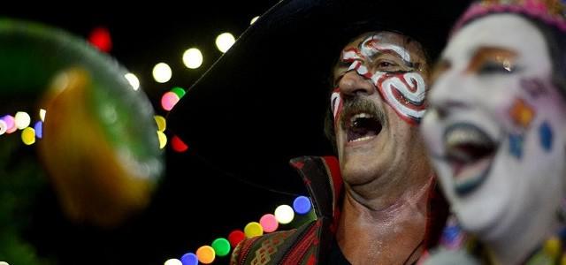 La emblemática murga uruguaya se vuelve más anarca que nunca, donde la fiesta popular es un encuentro clandestino.