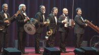 La popular agrupación revive y renueva grandes éxitos para seguir cosechando risas y aplausos.